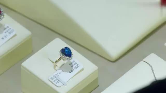 妻子买豪华大钻戒,将丈夫送的戒指丢到一边,怎料竟被丈夫发现!