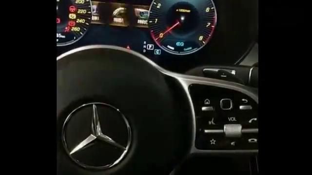 视频:奔驰C260加长版到手,拨一下方向盘旋钮,中控屏的反应很帅气。