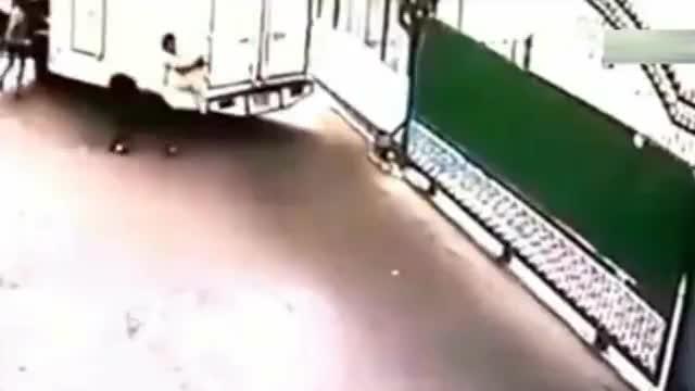 国外男子刚阻止了一次溜车事故,下一秒却瞬间悲剧