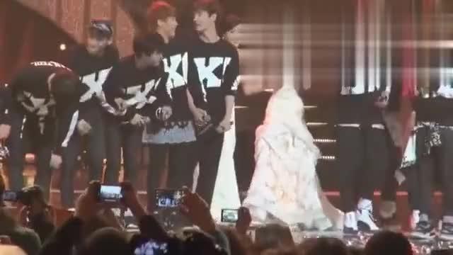 EXO和少女时代同台 鹿晗不小心踩到金泰妍裙子很有礼貌的致歉
