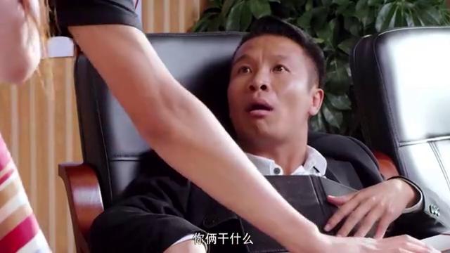江湖学院:三人正在打扑克,被蓝莓打断,让他们去找浩哥