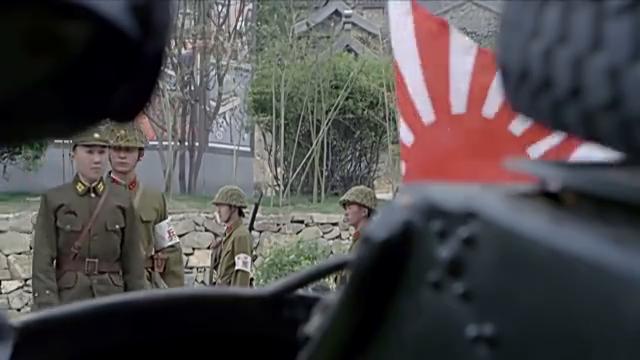 王队长威胁鬼子,他看着王队长把炸弹放在车上,却不敢说话