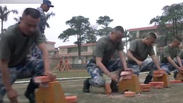 战士拿起一块砖头,在领导面前表演铁头功,可惜领导根本不买账