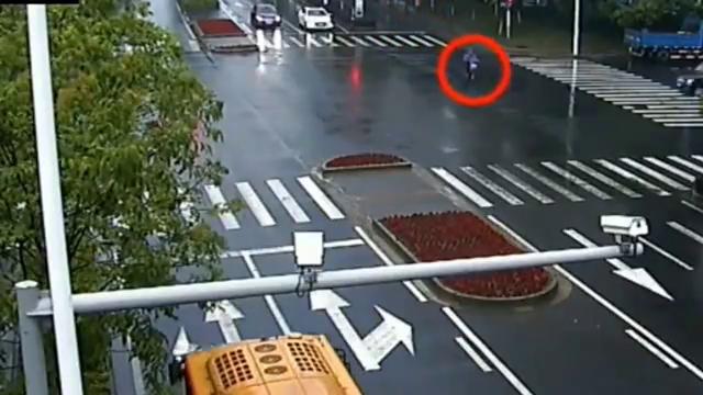 女子穿雨衣横穿马路,宝马拼命刹车还是没能阻止这场车祸