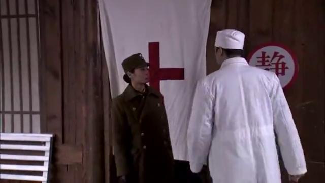 覃克源带着两个拜把兄弟混入伤兵医院,伺机劫走受伤的日本飞行员