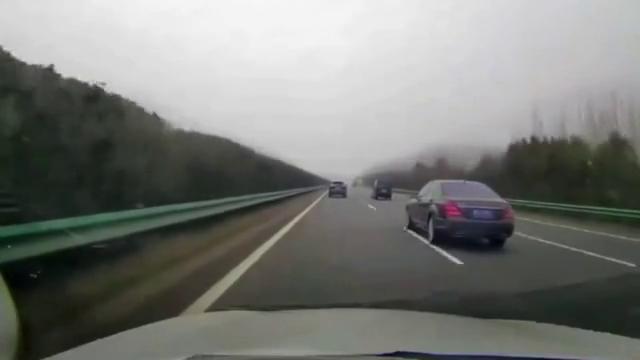 视频:不打转向灯还想变道,不能惯着!就算开奔驰S500又怎样