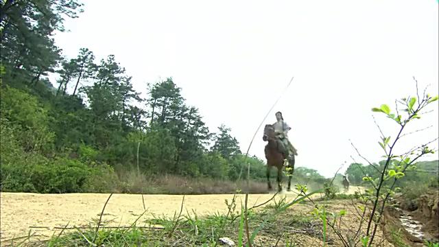 少爷招蜂引蝶,心机女假意摔下马,少爷只好让她和自己同坐一匹马
