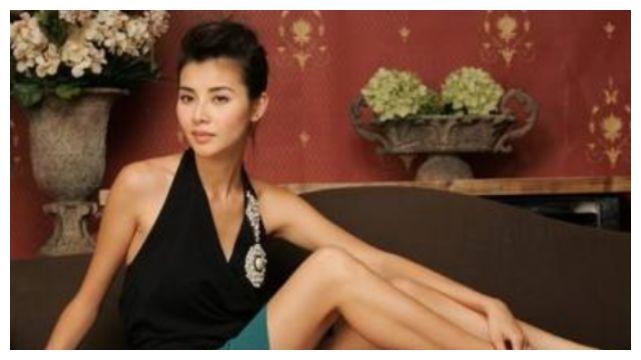 """她17岁拍限制片出道,40岁嫁郑伊健,今46岁""""椰肉身材""""太抢眼!"""