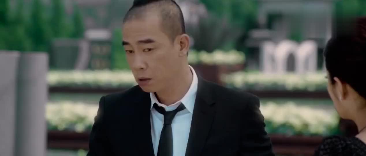 陈小春随意一坐,坐在了安以轩给他买的墓碑上