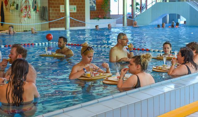"""泡在温泉里吃""""香槟早餐"""",极致的度假享受,我就服瑞士人"""