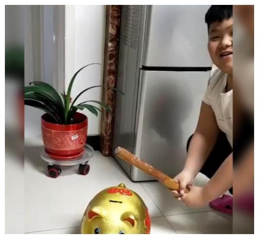 儿子用擀面杖敲碎存钱罐,网友们看到画面淡定不起来:大户人家