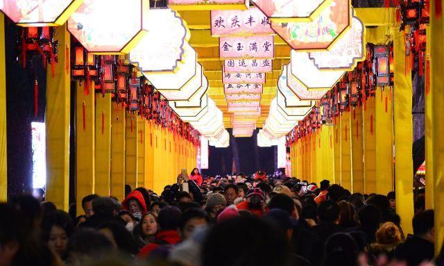 北京:圆明园皇家灯会正式开展 人潮汹涌