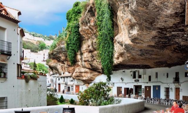 小镇被巨石压了600多年,居民享受在此生活,却唯独不喜欢下雨