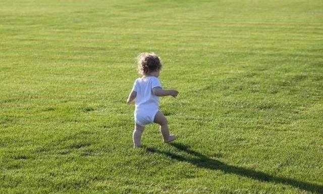 千万别用学步车!一岁半宝宝还不会走路,正常吗?