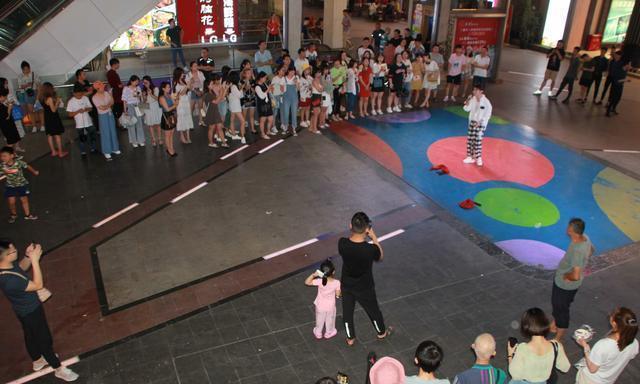 重庆街头艺人撞脸霍建华梦想开演唱会,不少女粉丝坐飞机来看他