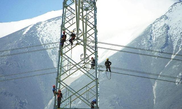 中国工人是怎样在比珠峰大本营还高百米的地方建输电塔的?
