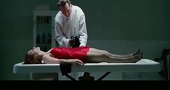 美女意外身亡,入殓师撕开美女衣物,女尸却睁开眼说话了