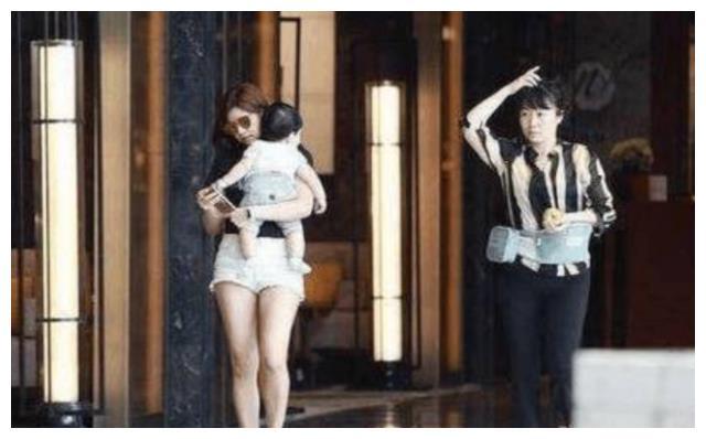 陈希妍带娃去剧组探班,陈晓竟然这样抱孩子,真是大跌眼镜啊!
