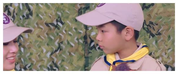 安迪听妈妈念日记睡着,黄圣依背着他一手拉着行李,网友:泪目