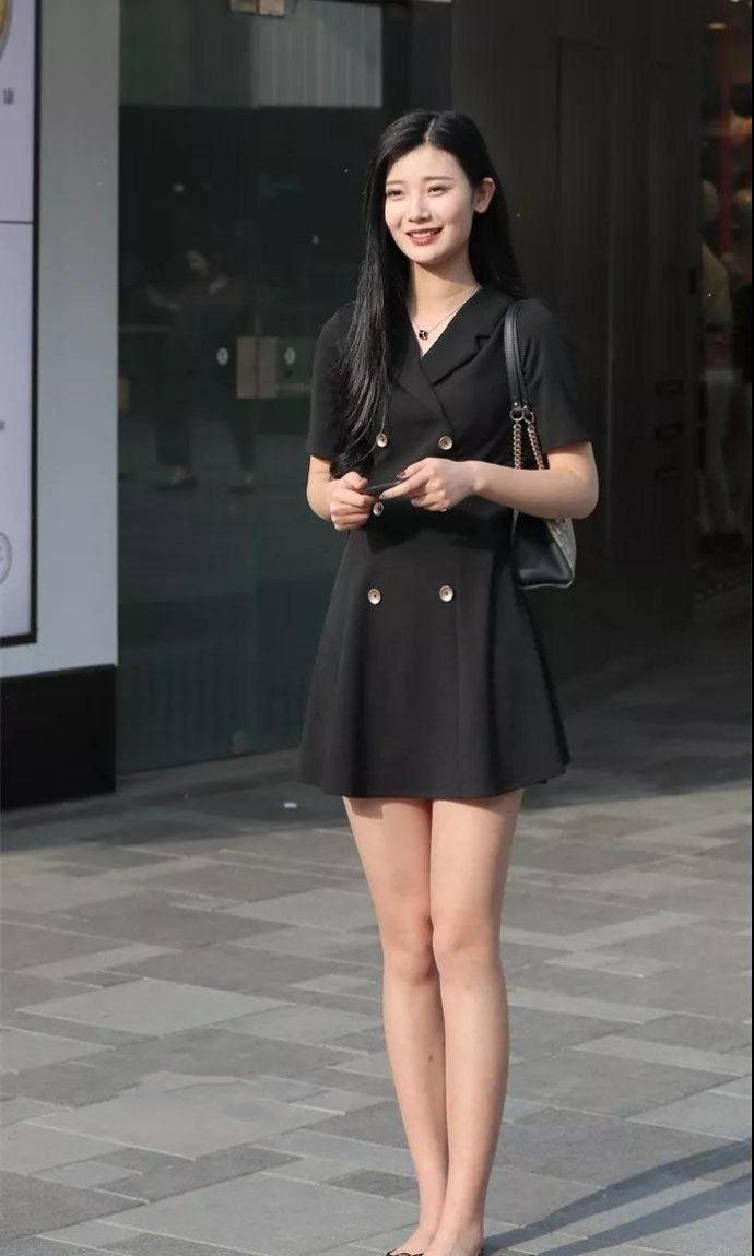 街拍:图2小姐姐穿的裙子不能再短了,她老公能放心得下吗?