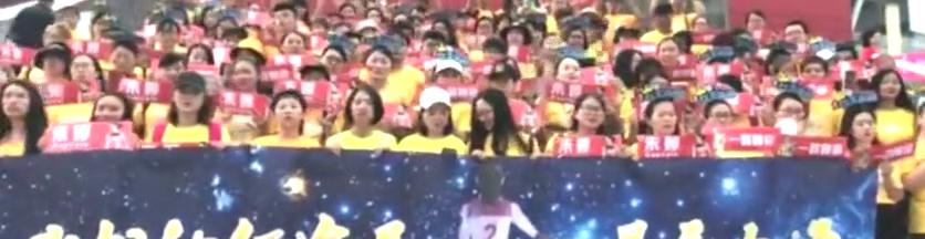 女排总决赛中国VS巴西,朱婷粉丝给朱婷准备了一特别的礼物