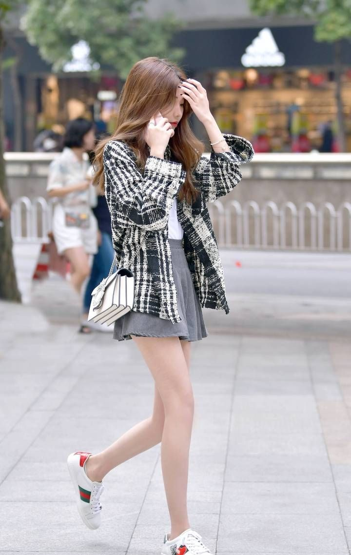 时尚美女街拍:让你感受一下周边的小姐姐,带来不一样的时尚潮流