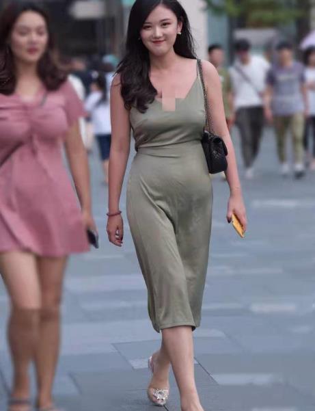 街拍:时尚气息小姐姐简约穿搭,完美驾驭,彰显气质美!