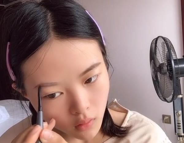 双马尾女孩化了款淡妆,原本以为又是青铜,直到涂完口红后才知道