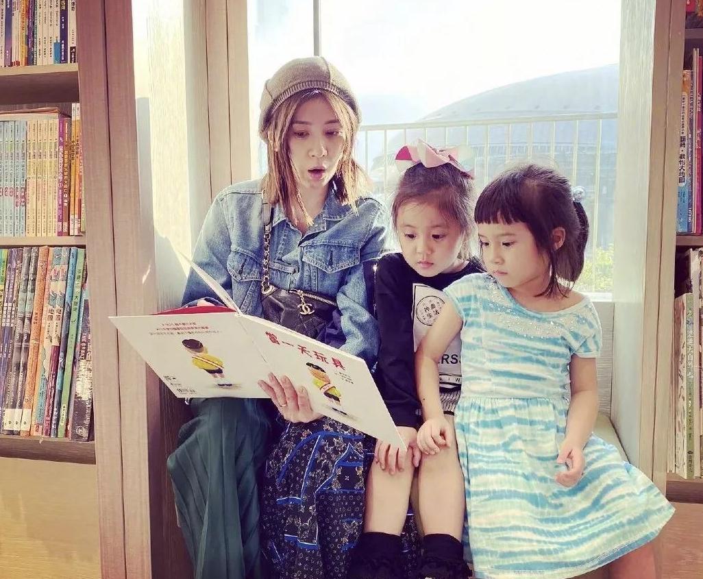 贾静雯携女儿现身,穿日系装青春减龄,4岁咘咘卫衣配皮裤更抢镜