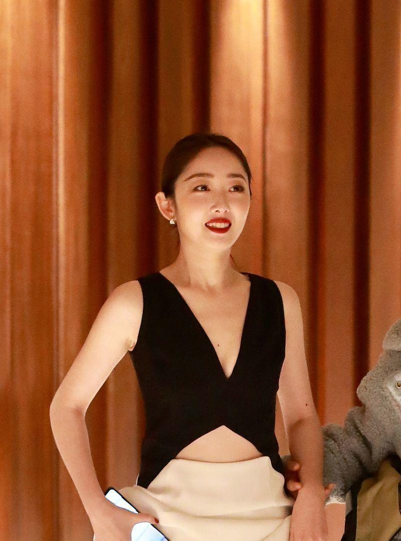 小公主!蒋梦婕妆容精致女神范十足,自提裙摆脸上笑容很灿烂