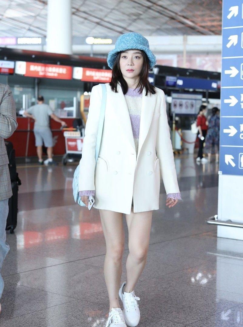 袁姗姗亮相机场,大玩下衣失踪,美腿十分吸睛