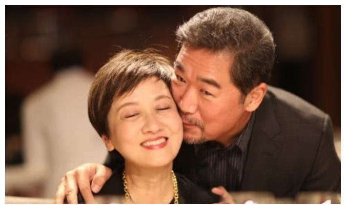 张国立为邓婕庆祝生日,亲自喂干儿子吃面,张默却一脸沧桑的模样