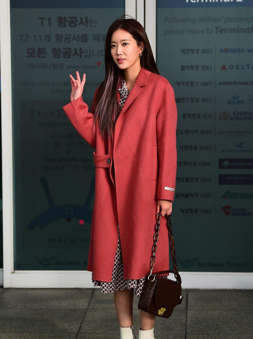 韩国女演员林秀香现身,穿豆沙色大衣配短靴