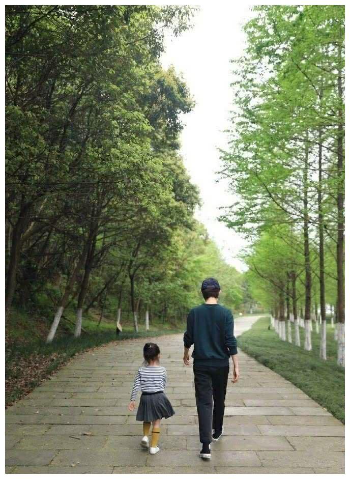 邓超孙俪带儿女出游,网友表示:可看出爸妈带娃的不同!