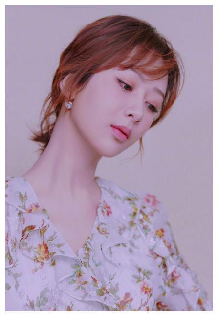 杨紫小时候虽然长得不是很漂亮,但是可爱不输欧阳娜娜呢!