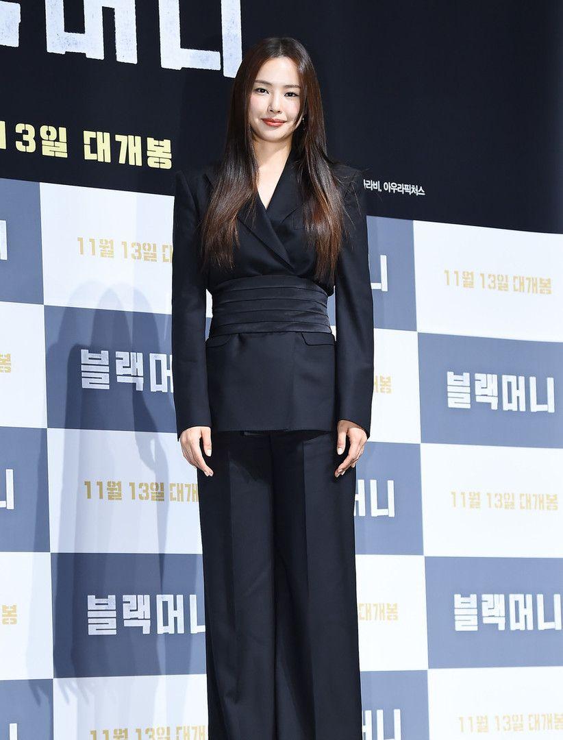 韩国女模特李哈妮现身,穿束腰西装搭配阔腿裤