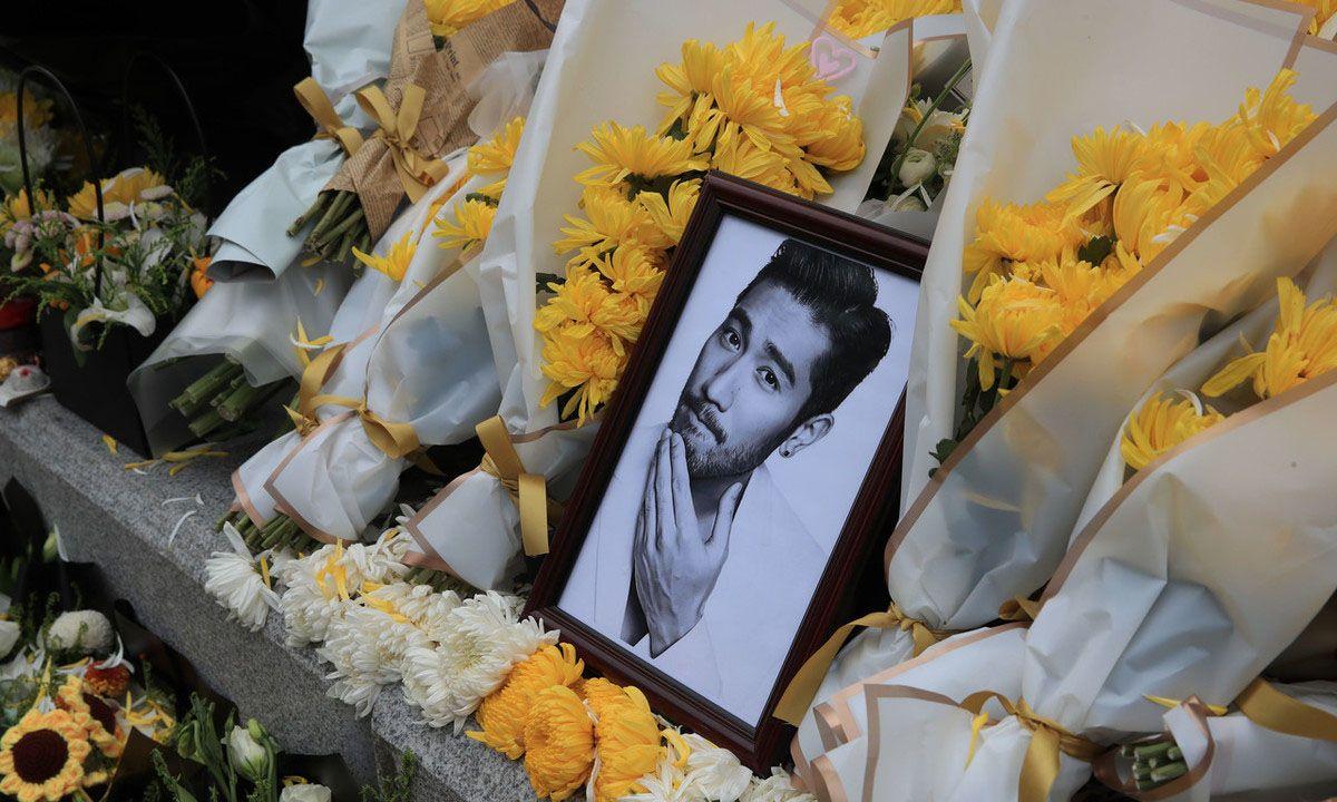 浙江宁波高以翔拍摄《追我吧》录制现场,粉丝摆上花束以寄哀思