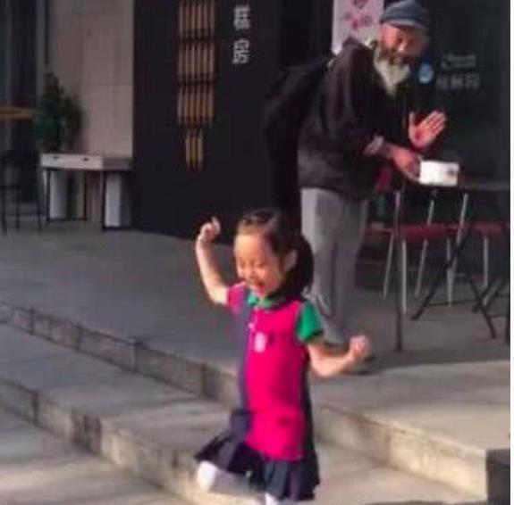 李小璐才是真正的富养女儿!甜馨逛街遇到乞丐,暴露有钱人的家教