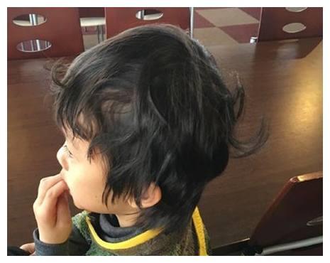 邓超发儿子睡醒照,嘲笑儿子发型丑,网友的评论亮了,邓超尴尬了