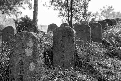 散落在各地的国军抗日烈士墓,墓碑名字清晰可见,有些墓长满荒草