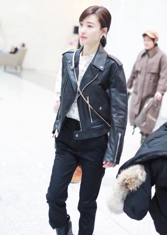 组图:王丽坤被传与林更新约会后首亮相 着黑皮衣酷美范儿足