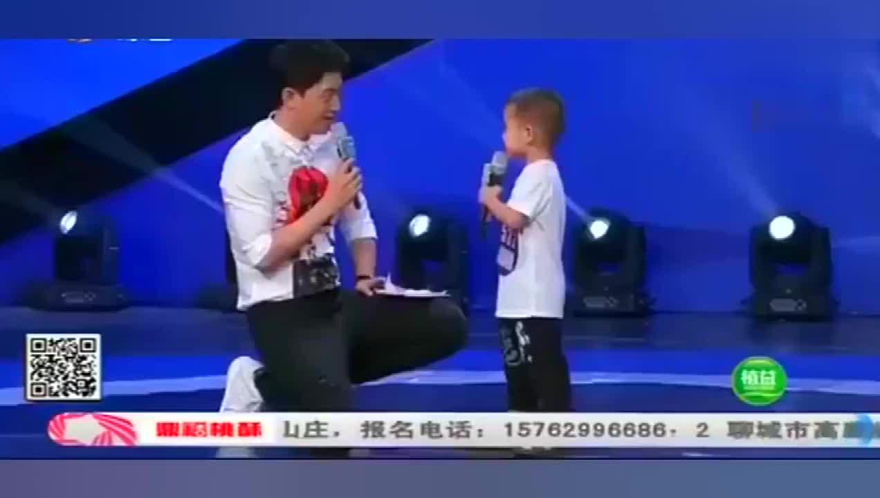 4岁小男孩妈妈病逝爸爸抛弃,靠唱歌在网络上爆红!