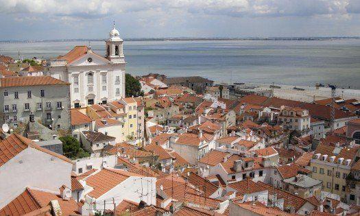 """葡萄牙波尔图被称为""""酒都""""杜罗河畔的巨大酒窖和河中的""""酒船"""""""