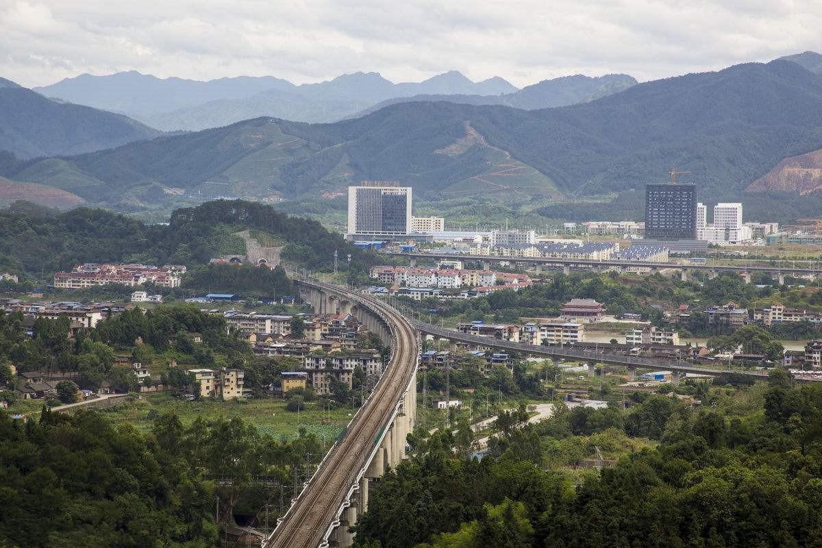 """中国唯一一个以""""吃""""出名的县,人口二十六万,却拥有高铁和机场"""