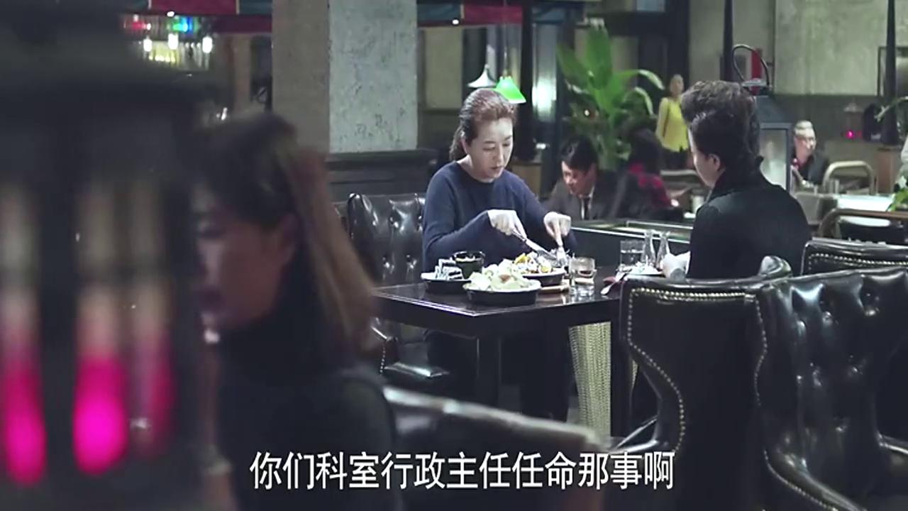 闺蜜私生女突然出现,女子陪她吃饭,还不知道自己老公就是爹