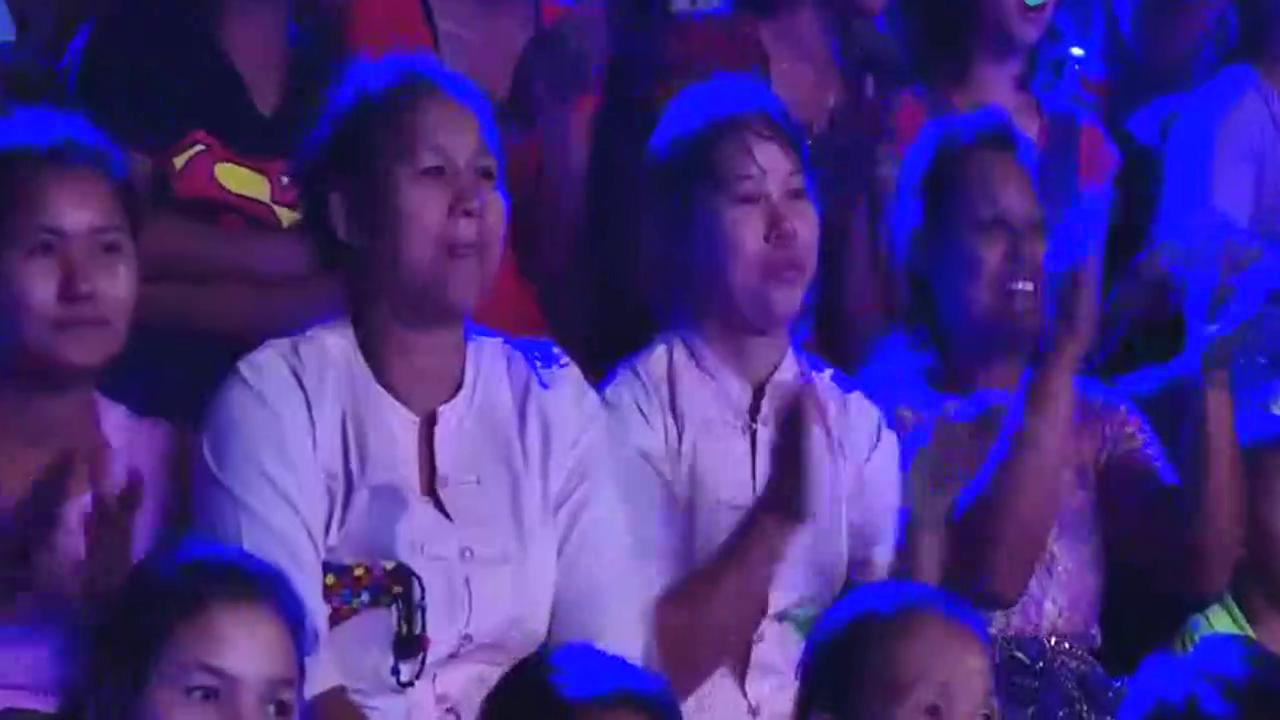 缅甸综艺节目,小孩子表演踩碎玻璃