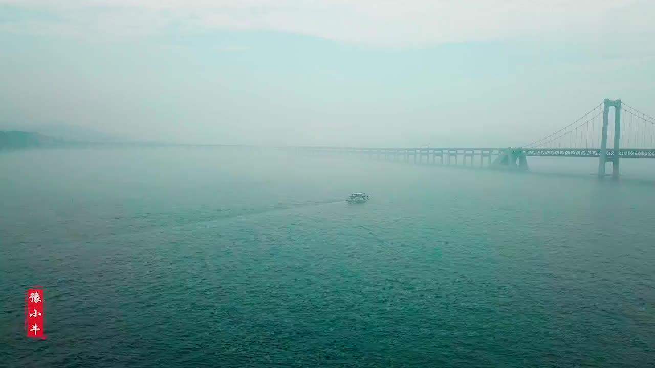大连星海广场对面的跨海大桥,在云雾缭绕下如梦如幻,非常漂亮