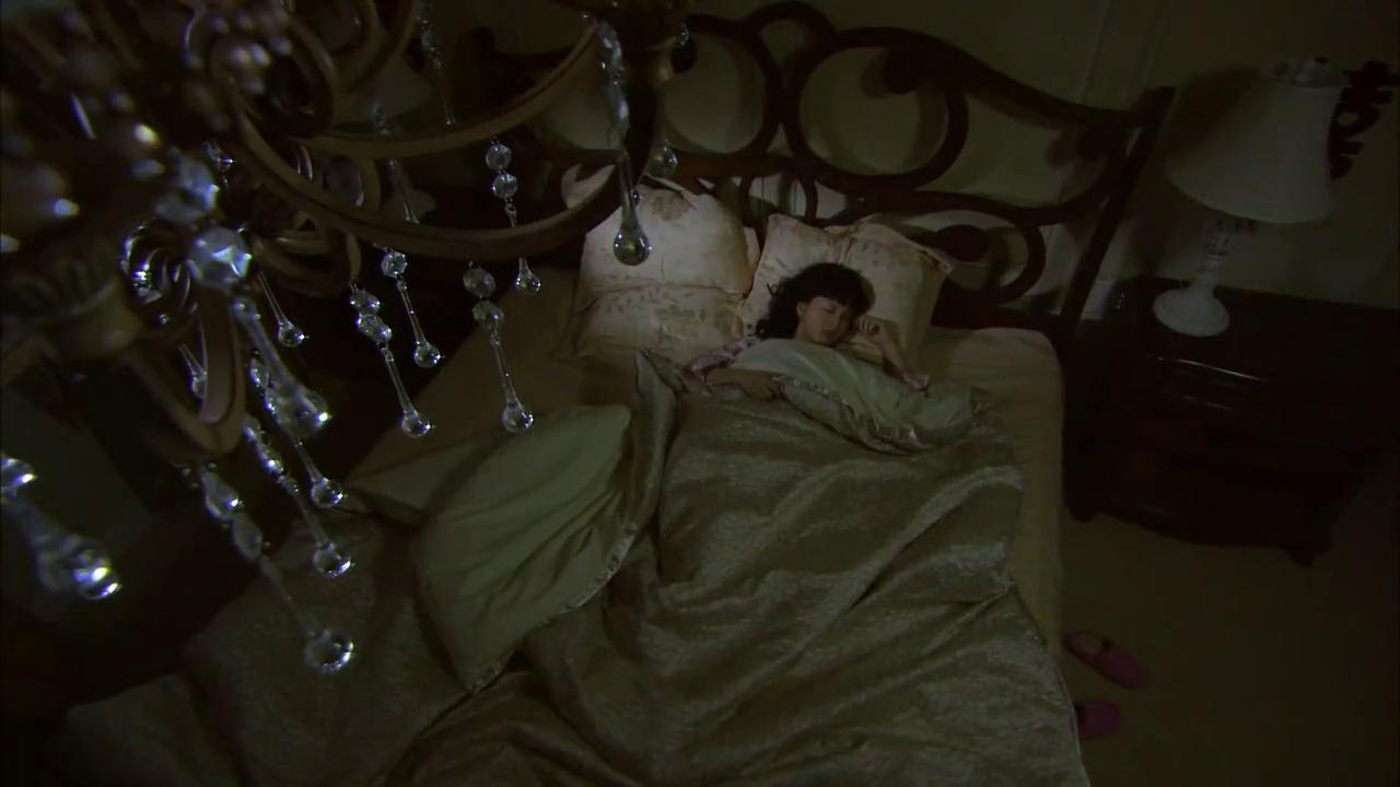 美女醒来发现丈夫不在身边,打开门一看,丈夫竟然在看色情杂志!