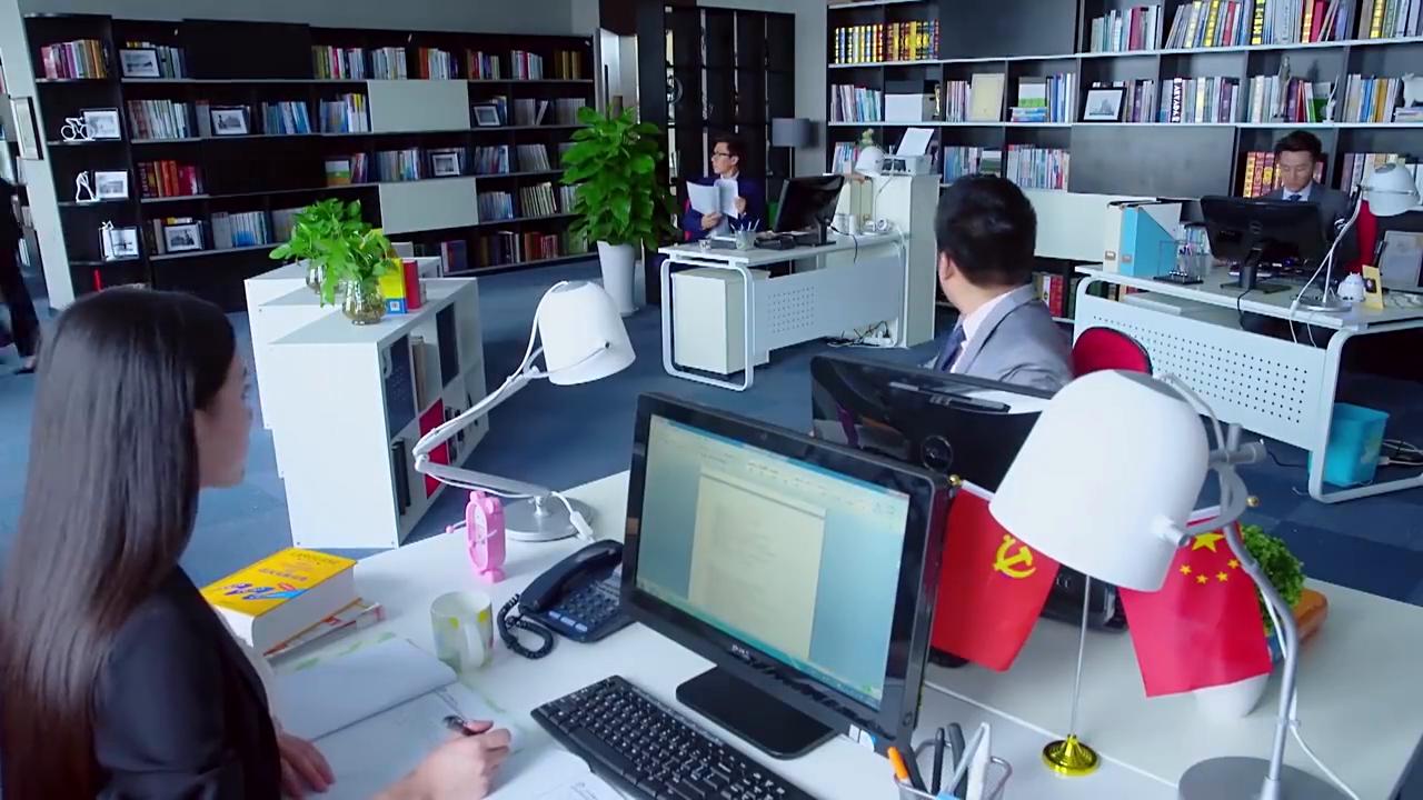 亲爱的翻译官:程家阳和乔菲两人偷偷在公司外面说悄悄话