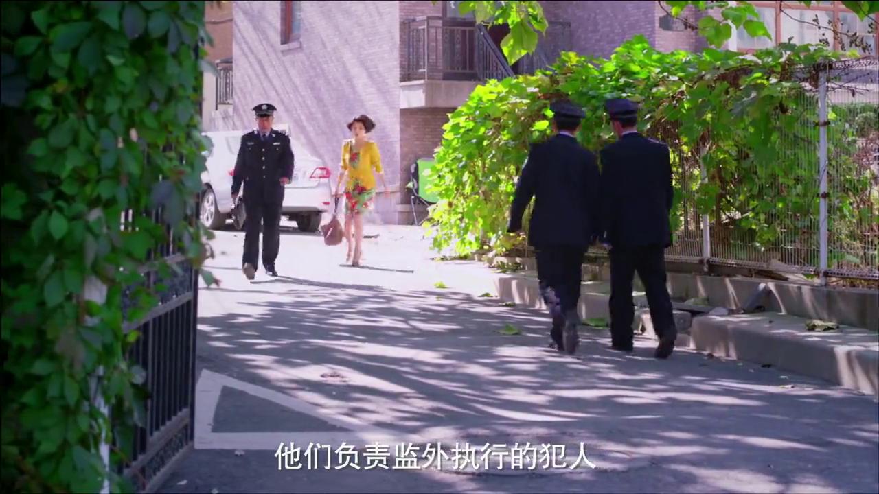 无贼:女罪犯穿的花枝招展,不料所长简单粗暴,直接把她鞋跟锯了
